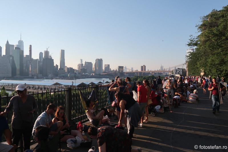 poza lume Brooklyn Heights Promenade 4 iulie