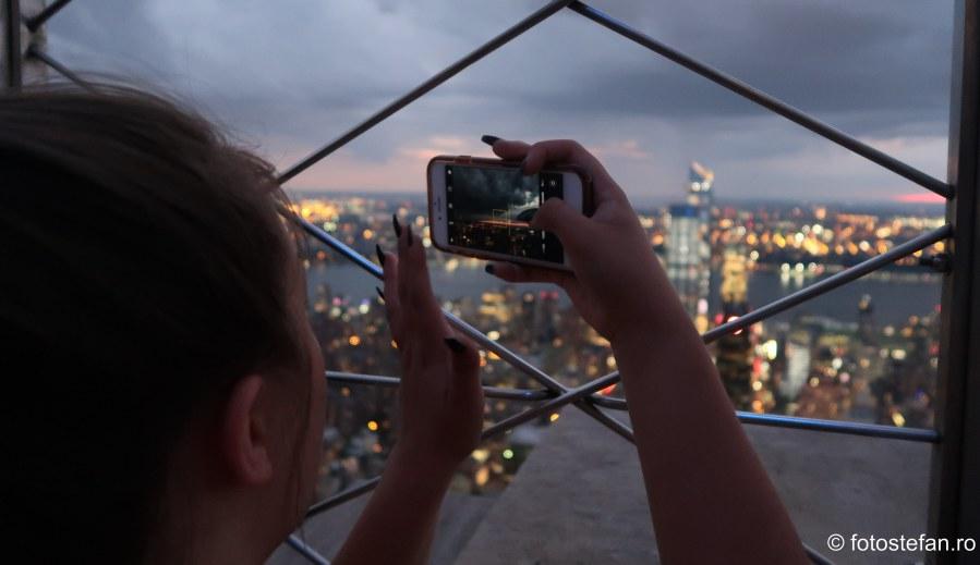 poza fotograf telefon mobil seara etaj zgarie nori