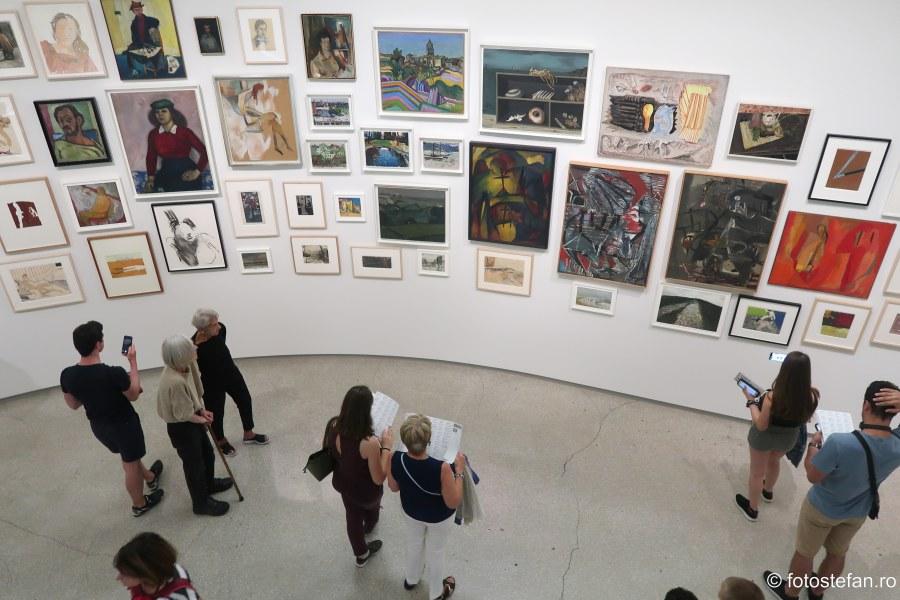 Muzeul Guggenheim din New York poza vizitatori arta