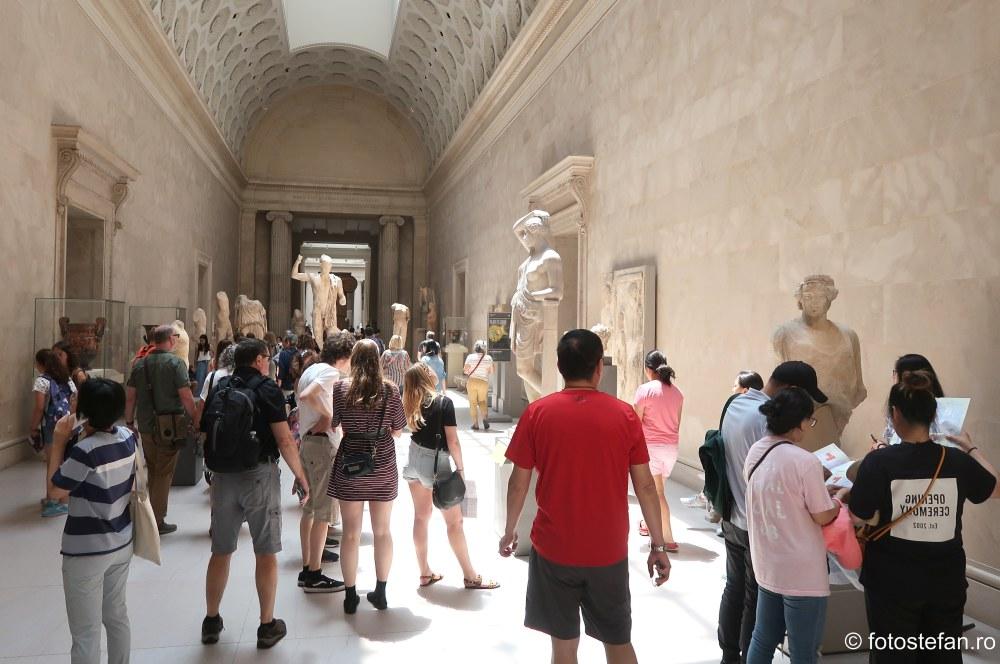 poza turisti Muzeul Metropolitan de Arta din New York SUA