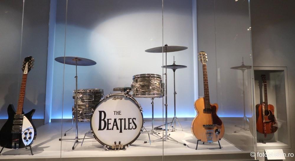 poza instrumente muzicale beatles Muzeul Metropolitan de Arta din New York