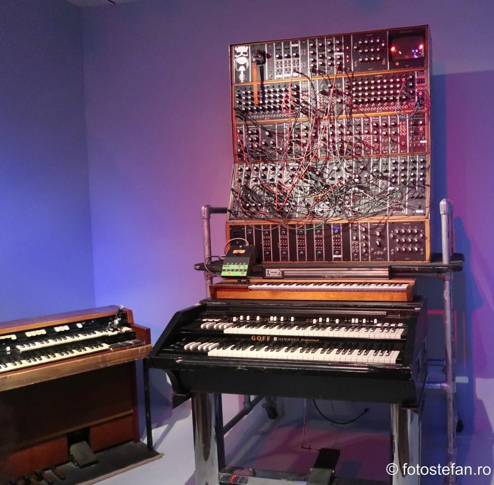 poza instrumente muzicale sintetizator