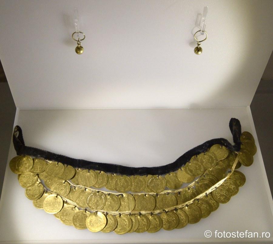 poze colier monezi aur bijuterii muzeu bucuresti