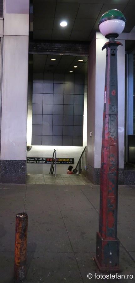 poza intrare mica metroul din new york manhattan