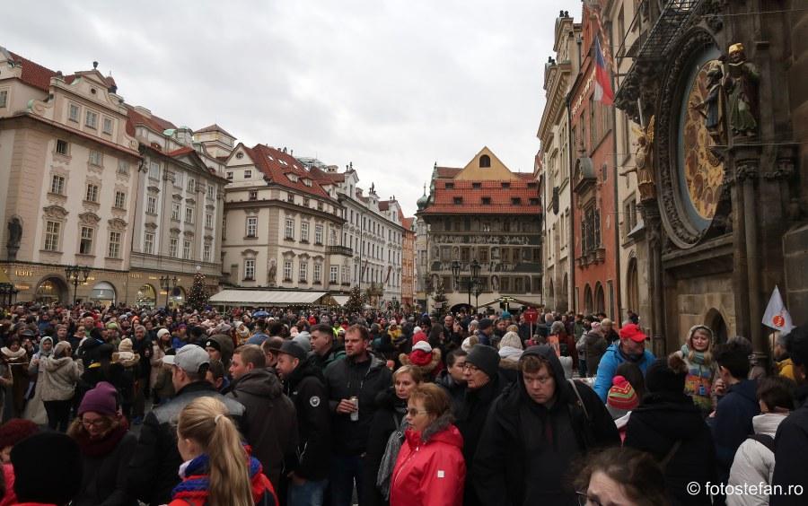 fotografii aglomerati ceasul astronomic praga city break decembrie