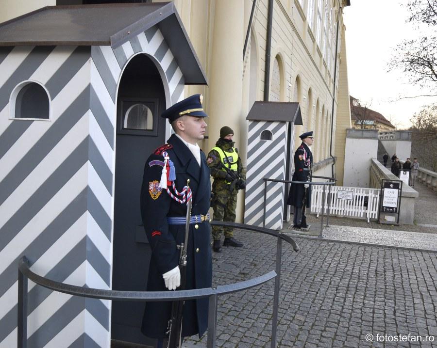 fotografii garda castel praga soldati