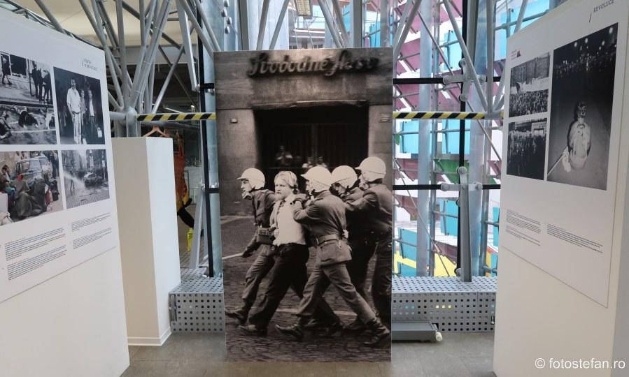 poza revolutia catifea cehoslovacia muzeul comunismului praga city break