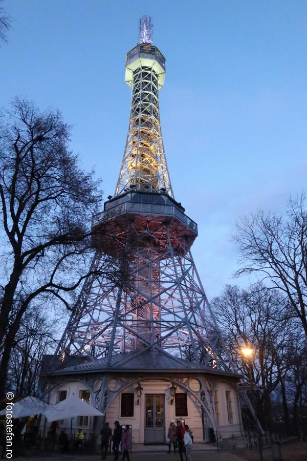 fotografie Praga Turnul Petrin Petřínská rozhledna Petrin Tower decembrie