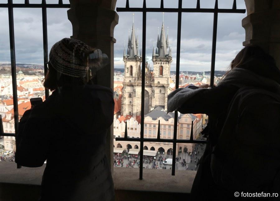 poze turisti turn ceas astronomic praga cehia decembrie