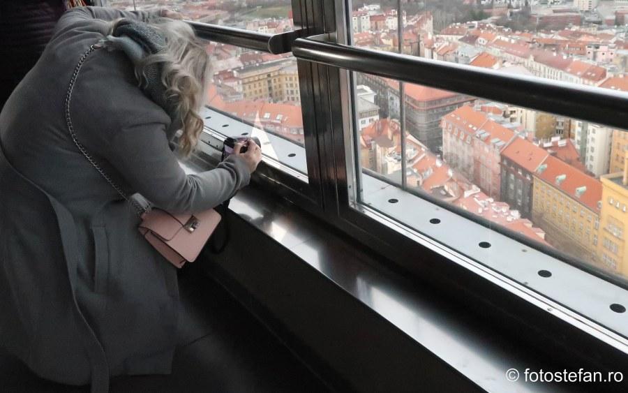 fotografie turista poza turnul tv praga