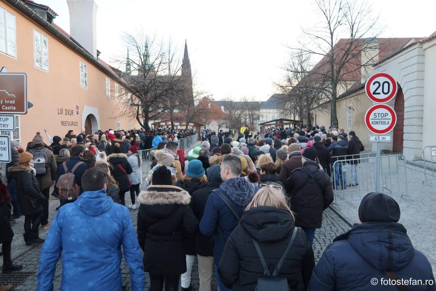 poza castel praga coada turisti aglomeratie decembrie