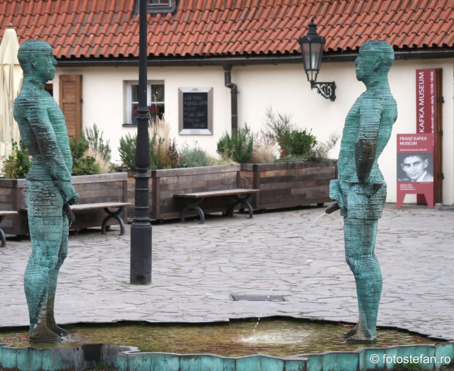 poza statui pipi praga muzeul Franz Kafka praga city break