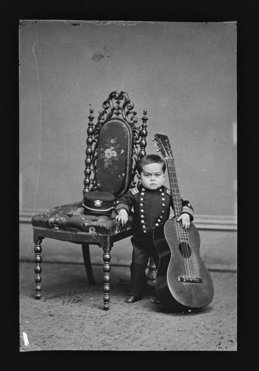 poza veche alb negru copil chitara Leopold Kahn