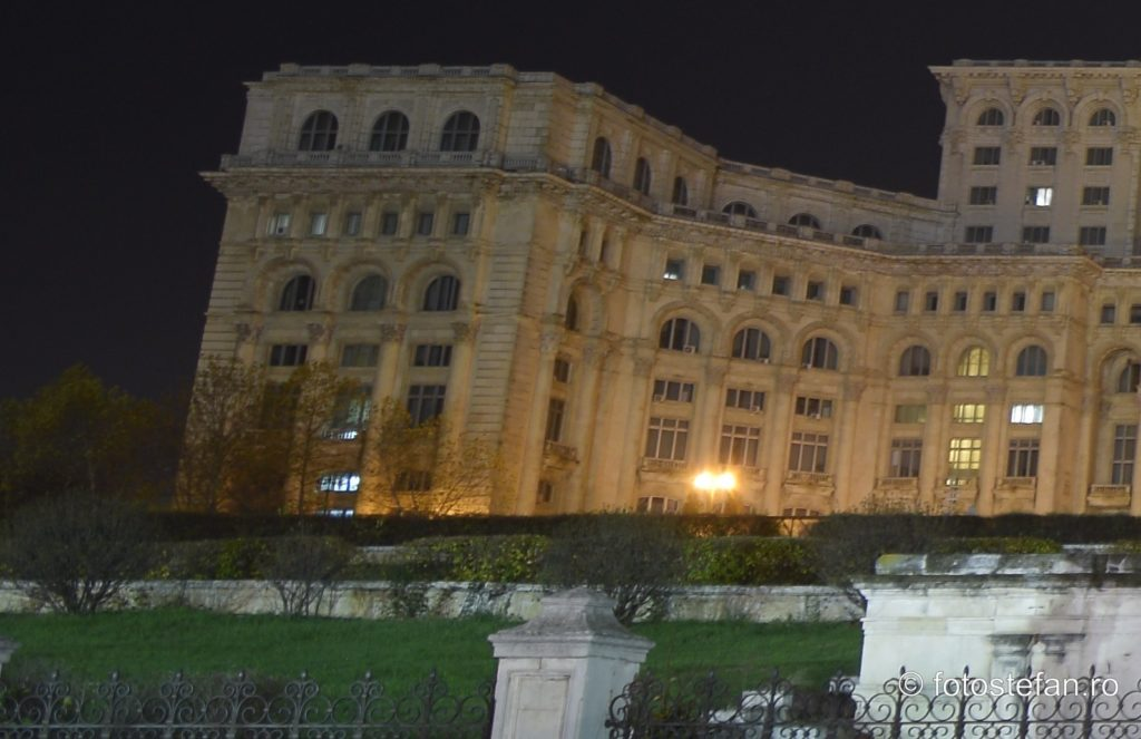 poza cladire casa poporului parlament bucuresti seara