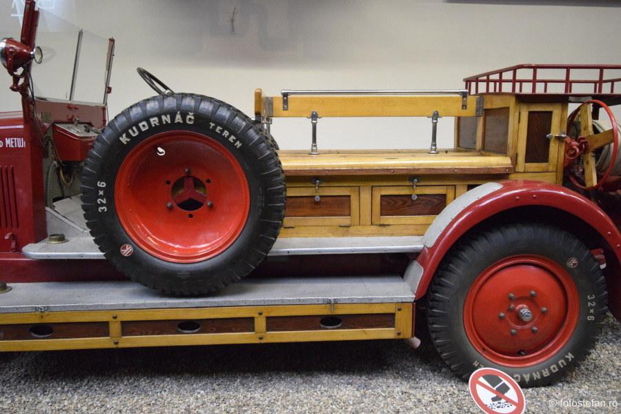 fotografie masina pompieri roata rezerva muzeul tehnicii praga cehia