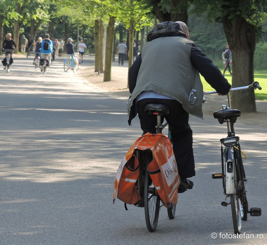 poza biciclist doua biciclete amsterdam
