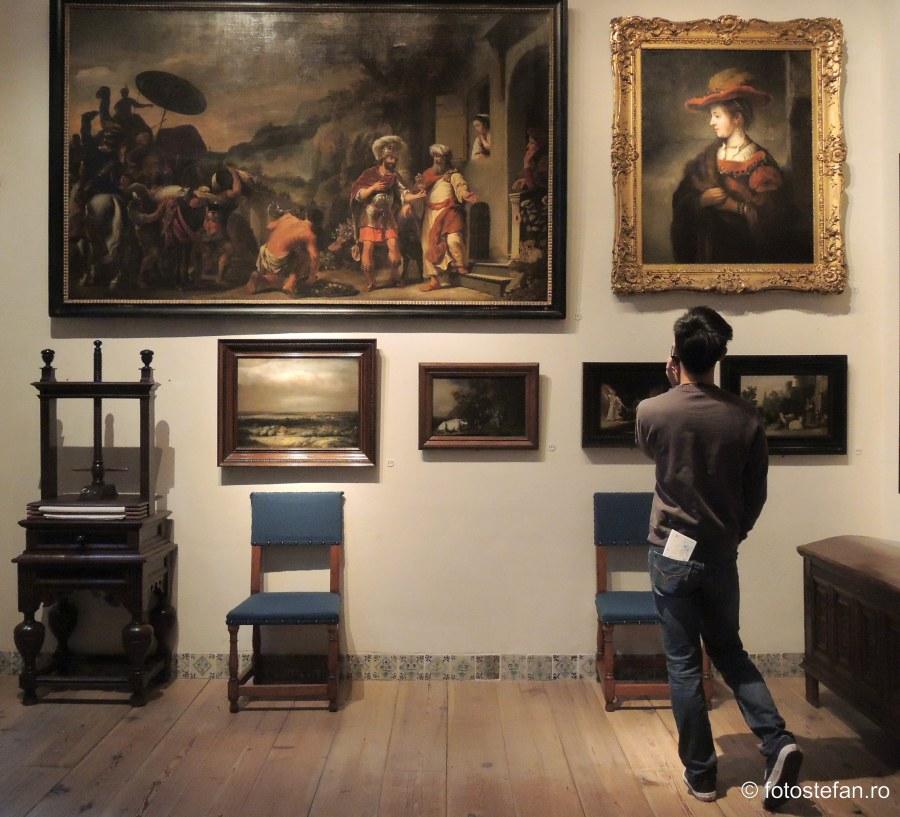 poza vizitator muzeul rembrandt picturi tablouri