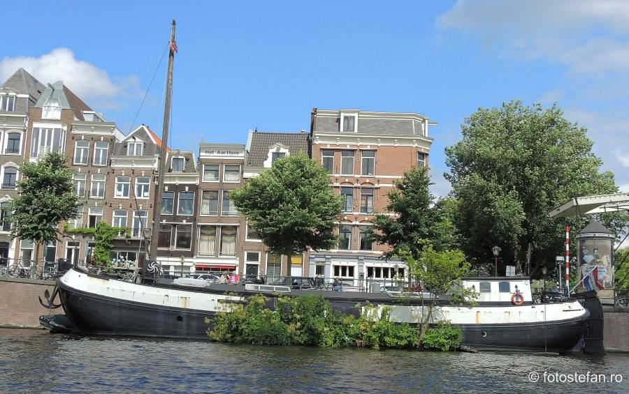 Locuri de vizitat in Amsterdam poza barca canal