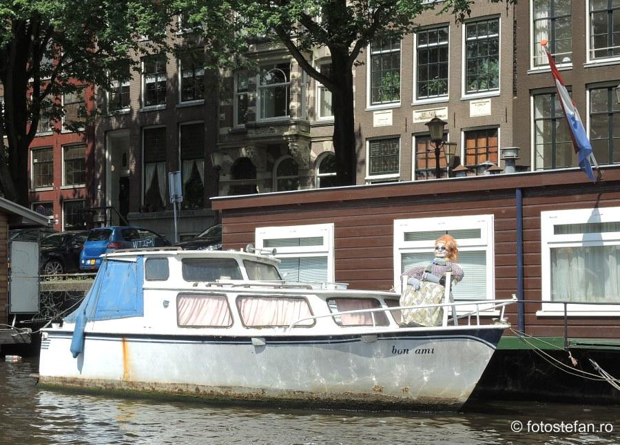 poza barca papusa canal amsterdam olanda
