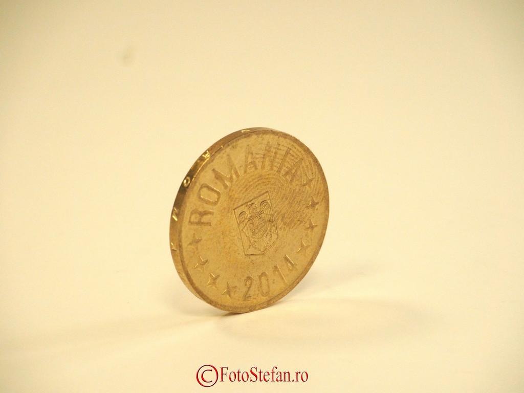 poza moneda 50 bani fotografie