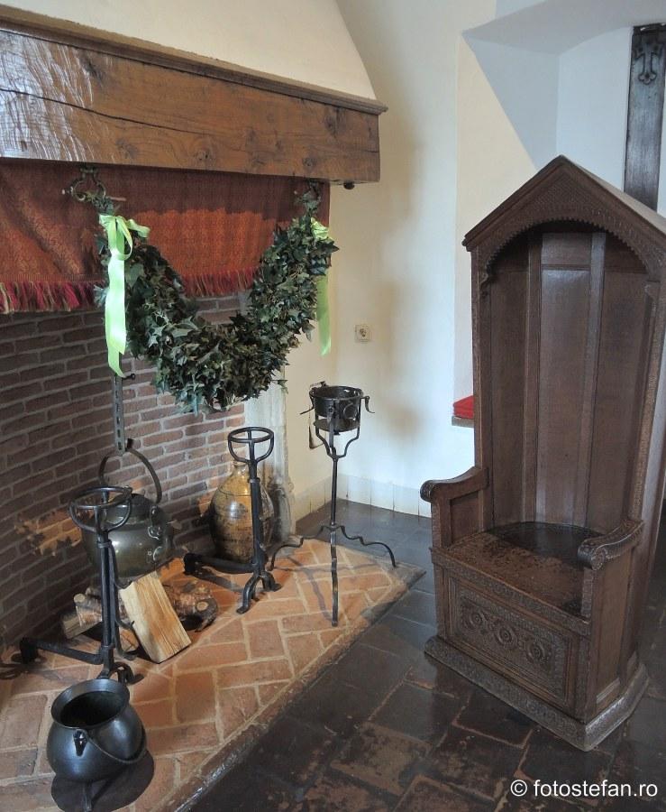 poza semineu scaun protejare frig curent cetate medievala