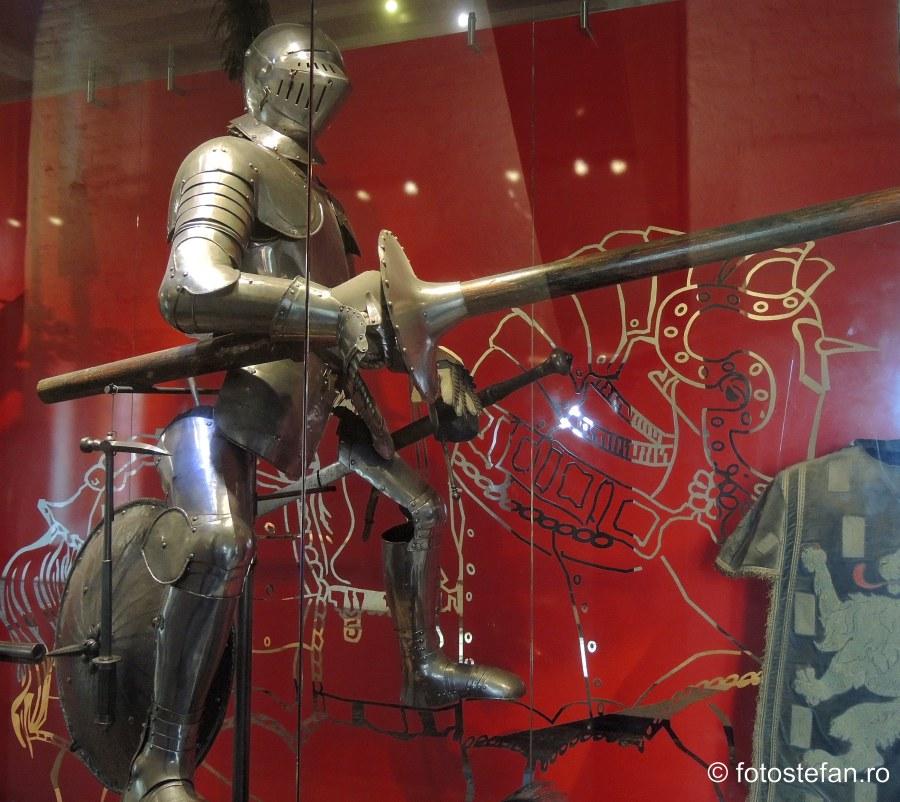poza armura cavaler cetate medievala muiden olanda