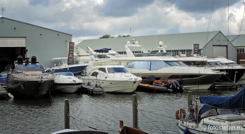 yahturi canal olanda poza turistica calatorie