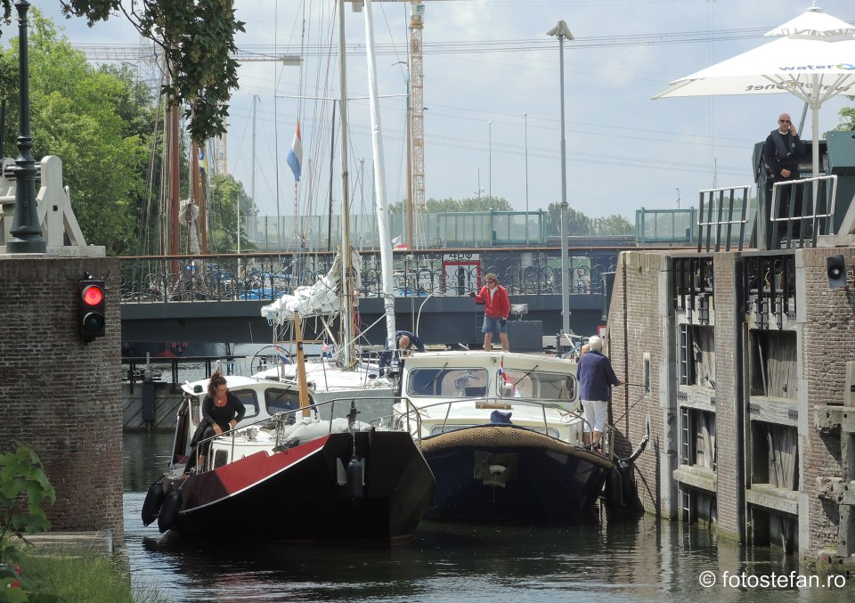 fotografie ambarcatiuni traversand canal olanda
