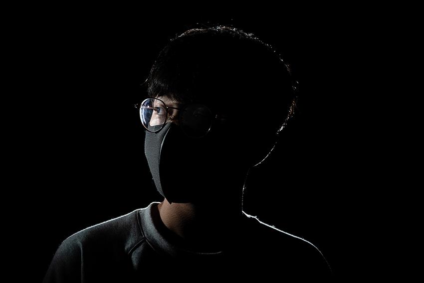 poza protest hong kong masca neagra ochelari