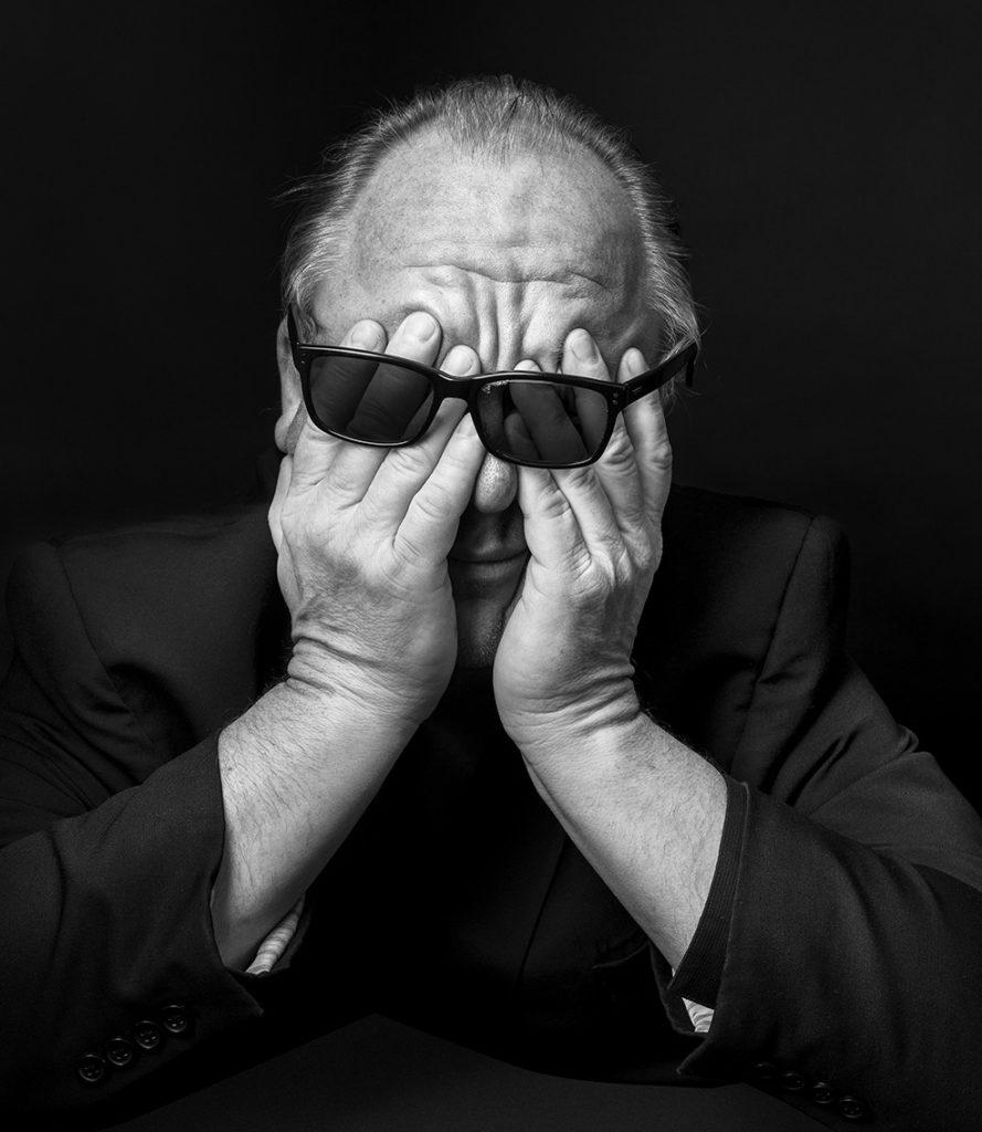 poza alb negru portret barbat ochelari ochi inchisi