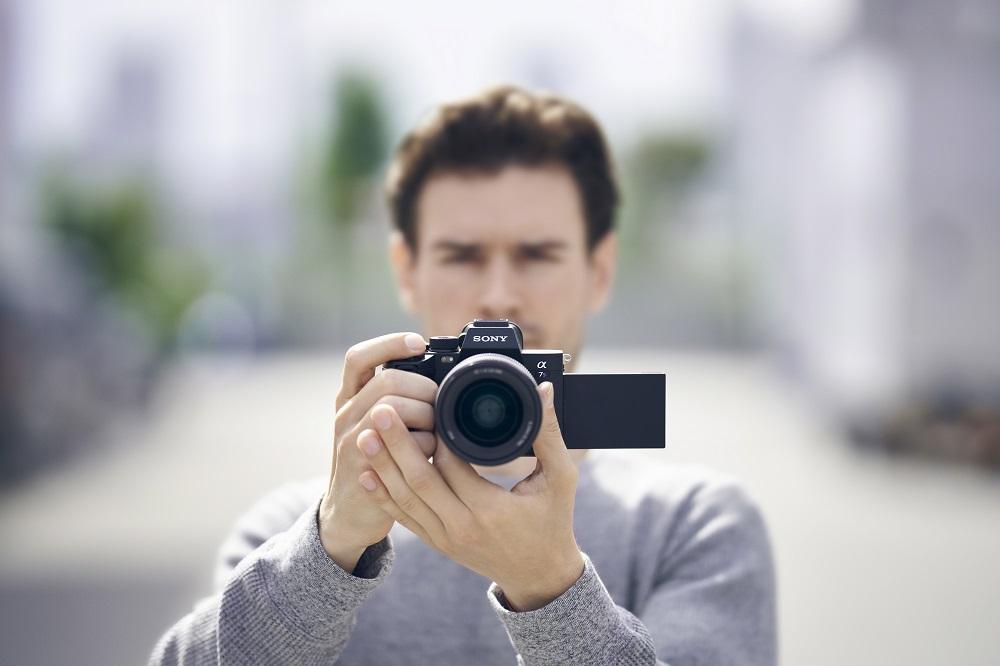 poza fotograf aparat foto mirrorless