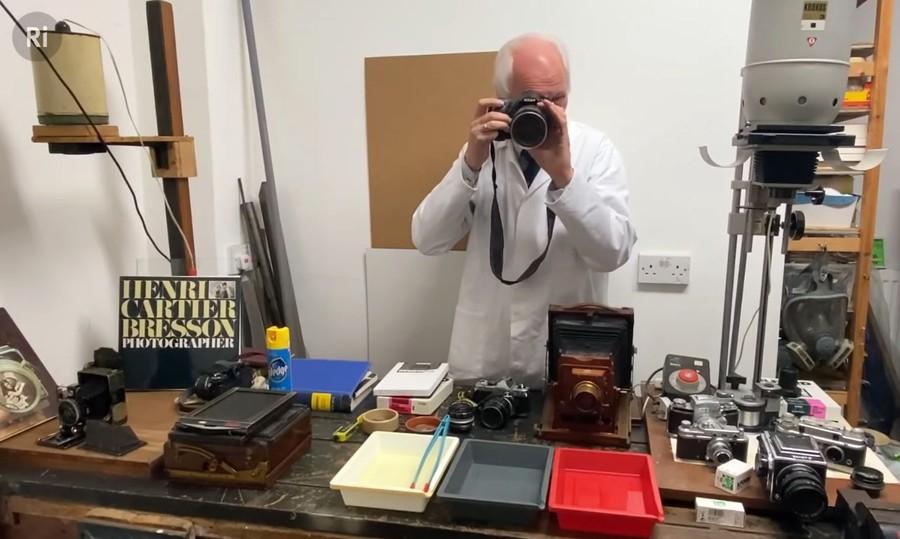 poza chimist aparat foto digital documentar istoria fotografiei