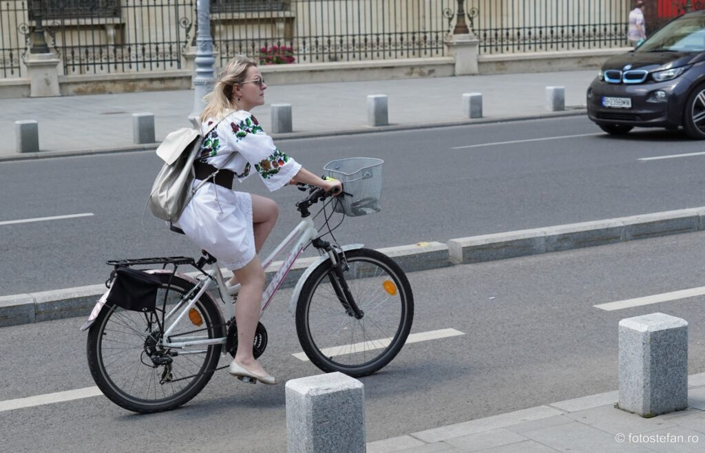 port traditional romanesc bicicleta fata plimbare