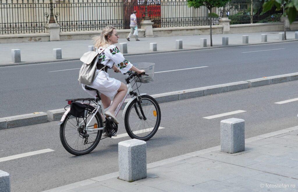 fata plimbare bicicleta imbracaminte ie