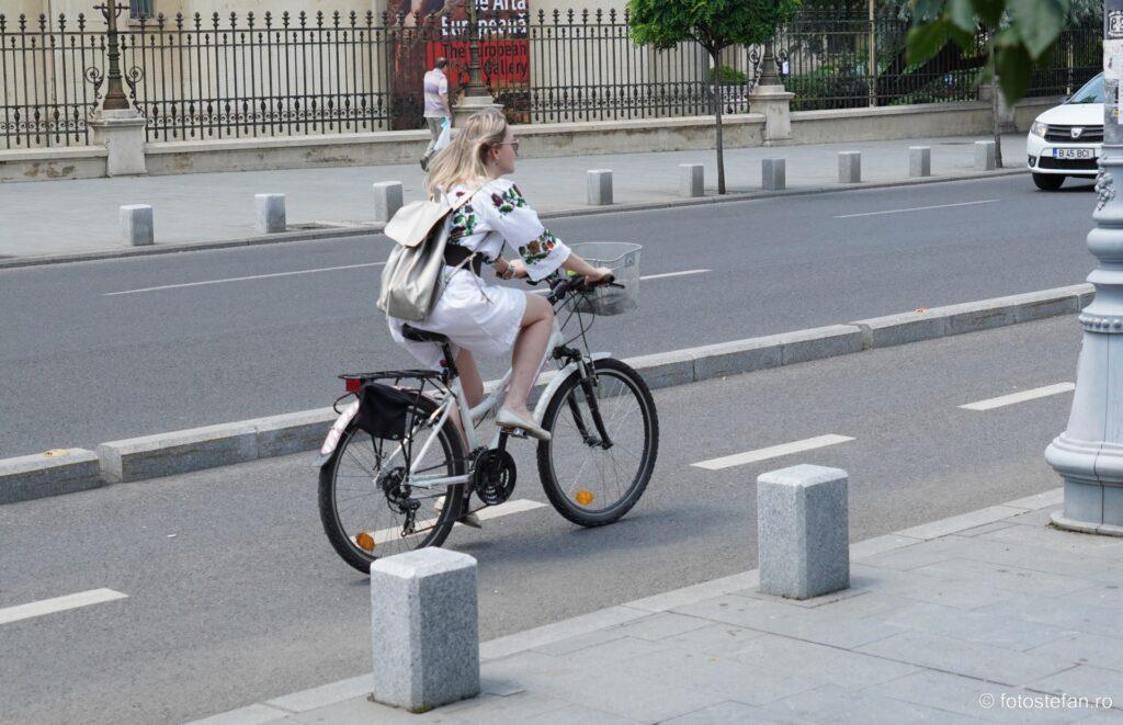 poza bicicleta fata iei rucsac traditie miscare