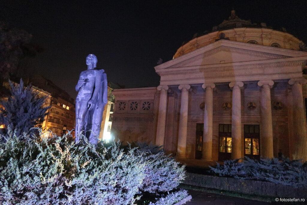 poza statuie eminescu ateneu seara