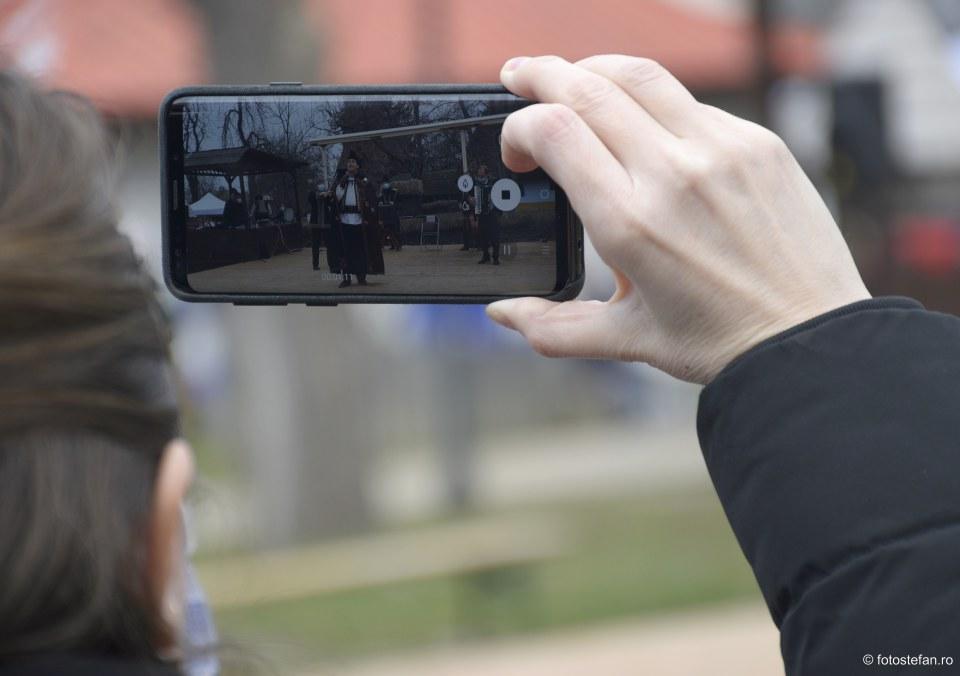 filmare cu telefonul mobil muzica populara muzeul satului bucuresti