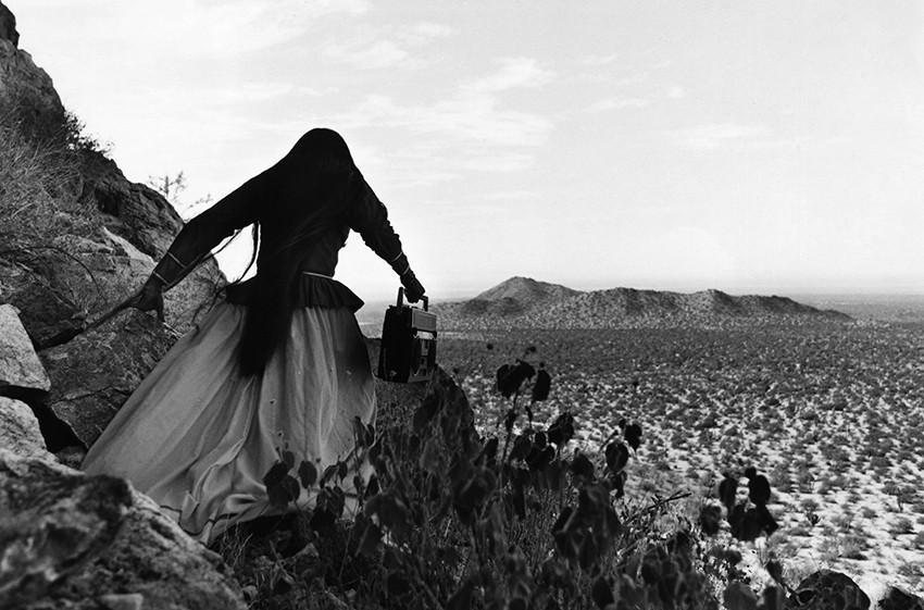 poza alb negru femei camp fotografie