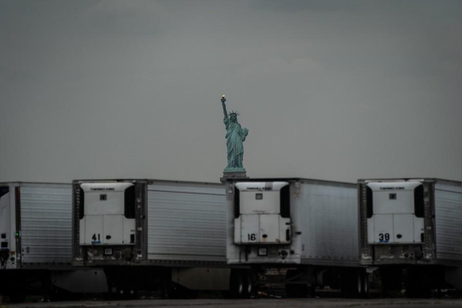 poza statuia libertatii containere medicale covid america new york fotojurnalism