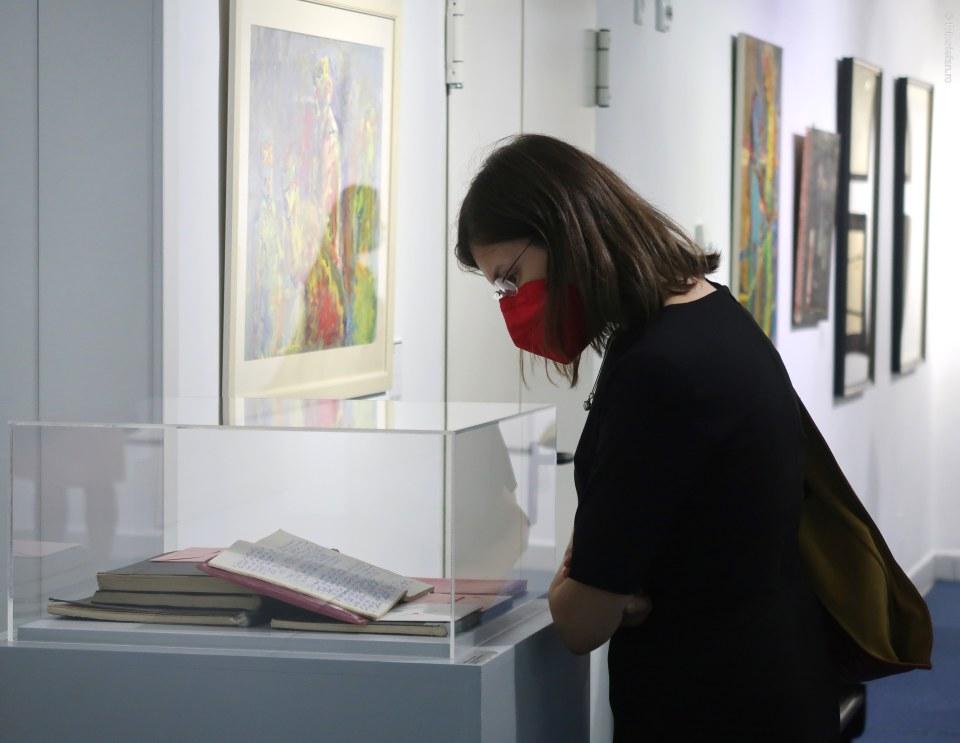poza fata masca rosie portret expozitie arta muzeu bucuresti