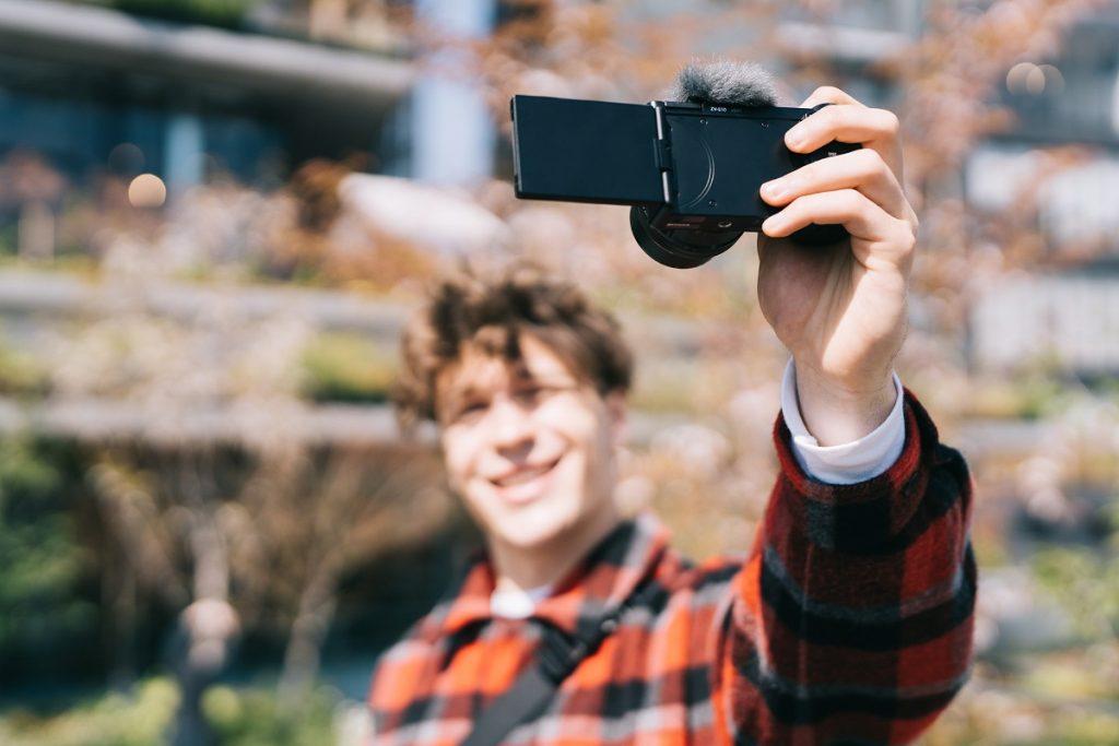 poza aparat foto mirrorless Sony ZV-E10 vlogging video