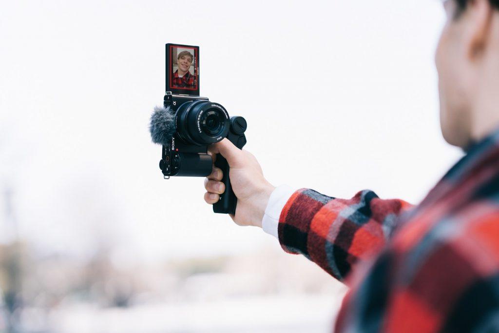 poza aparat foto mirrorless selfie vlogging