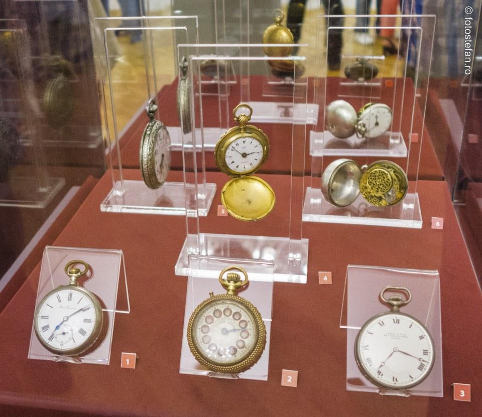 fotografii vernisaj Timp mecanic vs Timp biologic expozitie ceasuri istorice Muzeul Municipiului Bucuresti