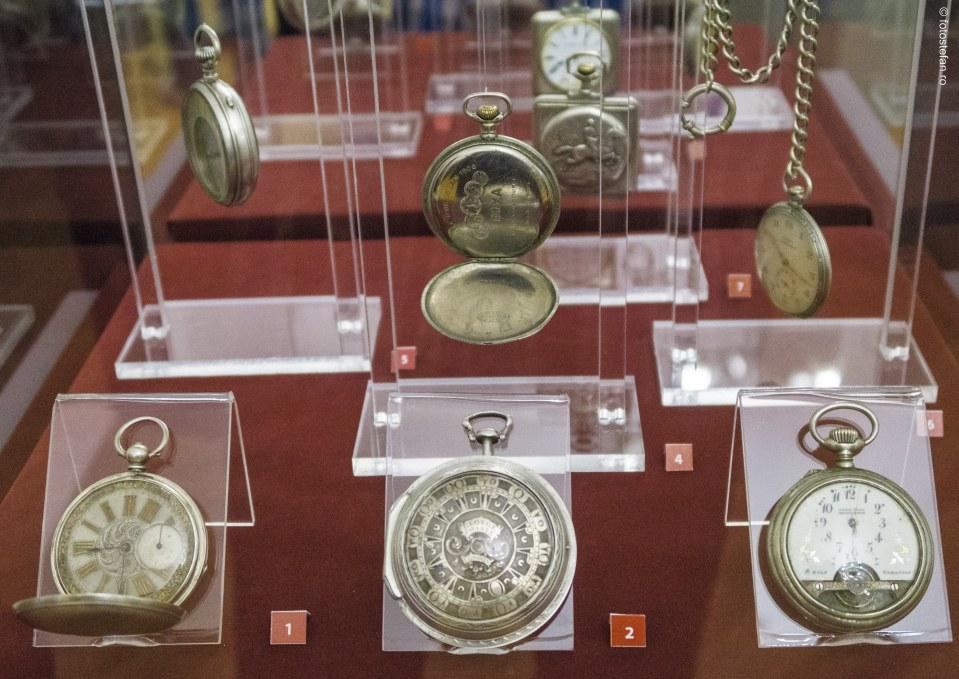 poze Timp mecanic vs Timp biologic expozitie ceasuri istorice Muzeul Municipiului Bucuresti