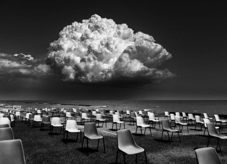 poza alb negru nori scaune distantare sociala