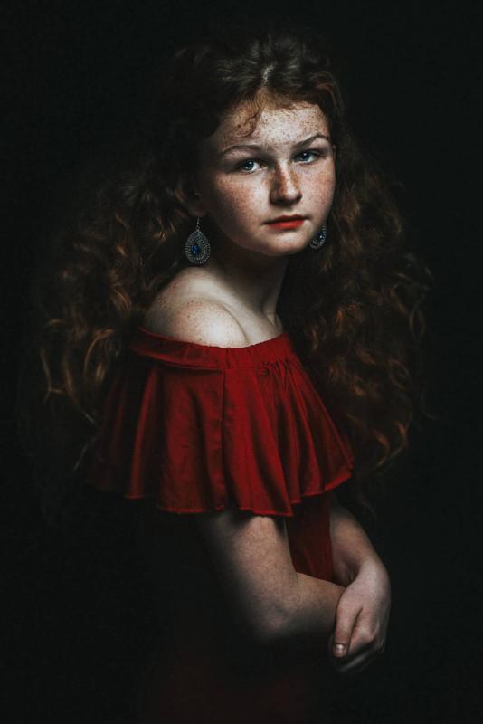 portret color fata pistrui fata pistruiata
